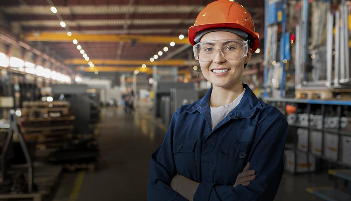 Trabalhadora do setor industrial posa para imagem